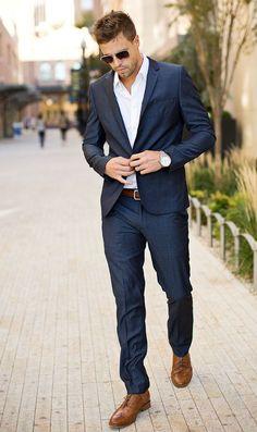Para combinar com terno prefira camisa branca ou em cores claras como azul, rosa, lilás