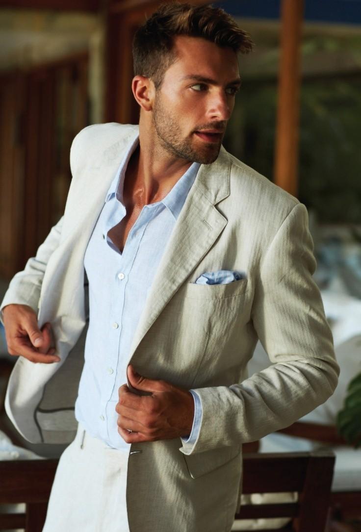 Calça de sarja com camisa de manga comprida e blazer é uma boa opção para o cartório