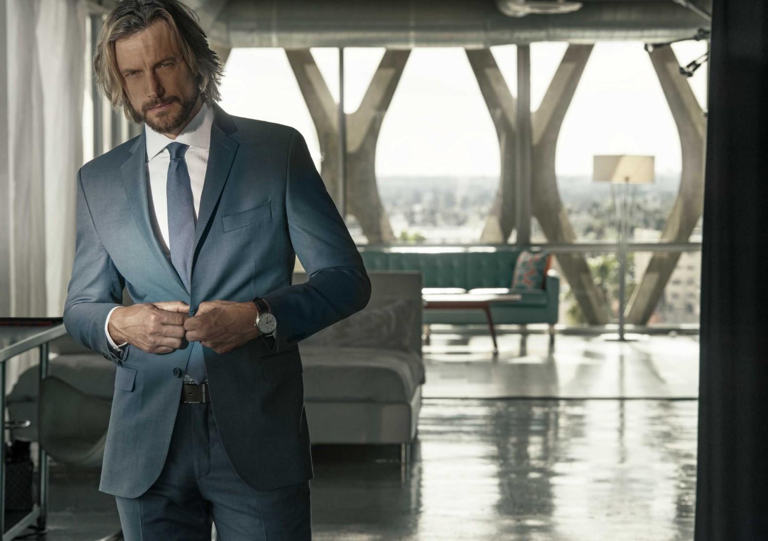 A melhor combinação para igreja é terno azul, camisa branca, gravata azul e sapato e cinto preto.