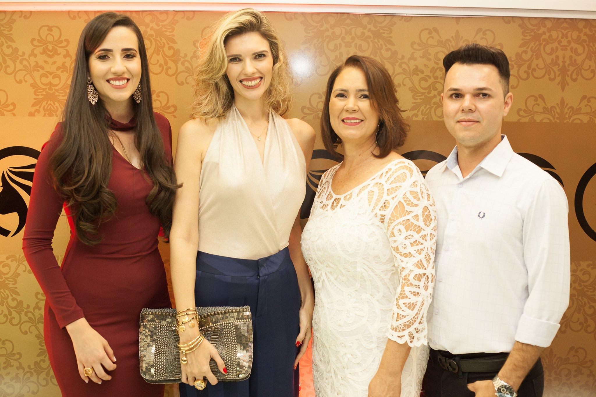 Os proprietários do salão Empório Hair Valéria Pagani, Terezinha Aguiar e Ricardo Aguiar com a consultora de moda Kassandra Valduga